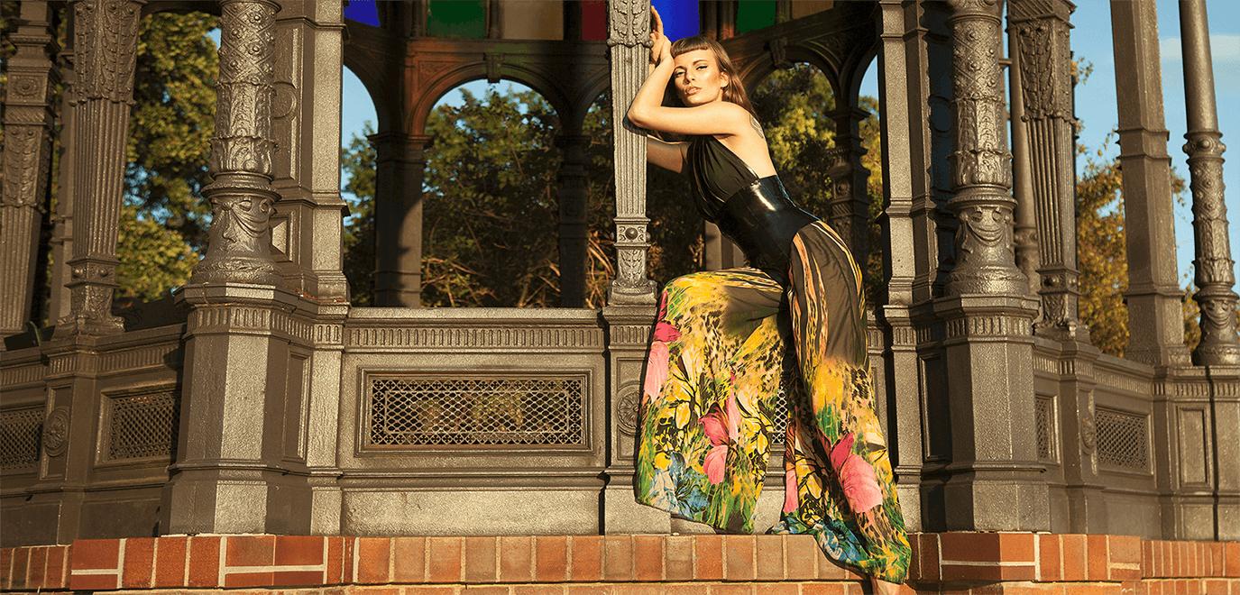 Latexbekleidung in Verbindung mit textilen Stoffen wie Chiffon, Spitze und Satin.