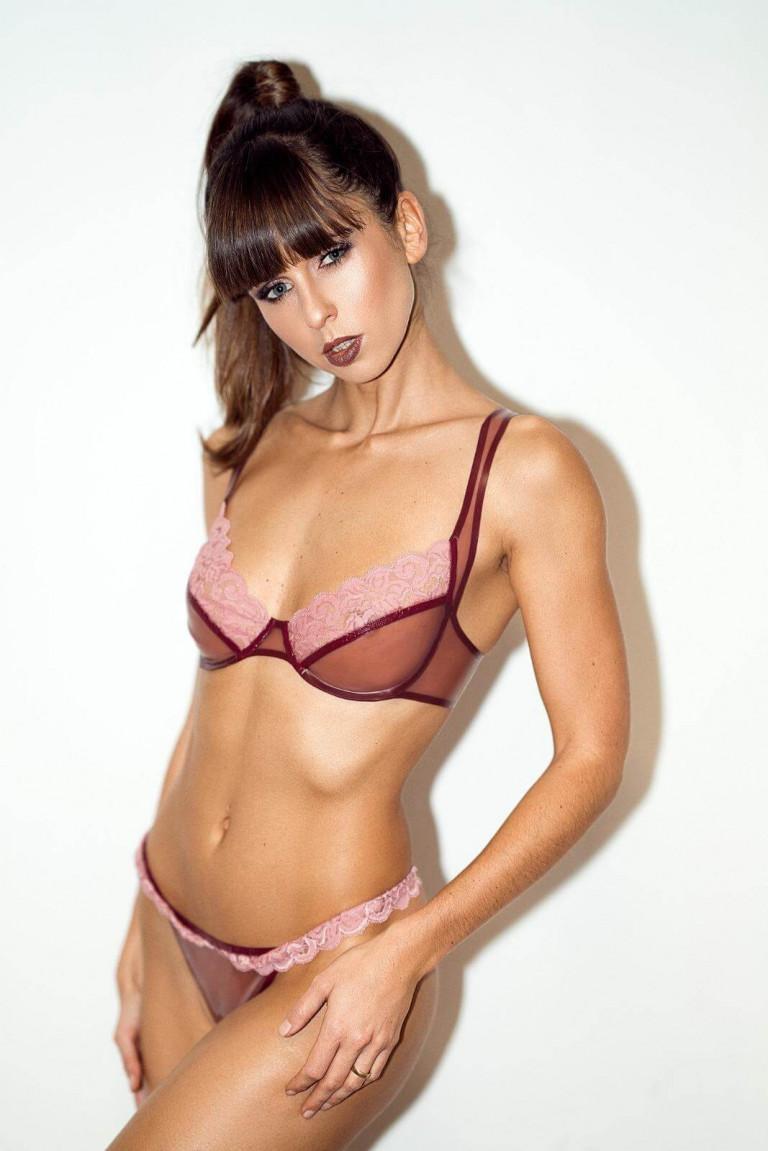 Valentinstags Dessousset Rosalia aus rosa Latex und Calais Spitze