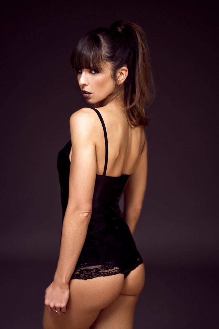 Model in schwarzem Latexbody mit Spitze